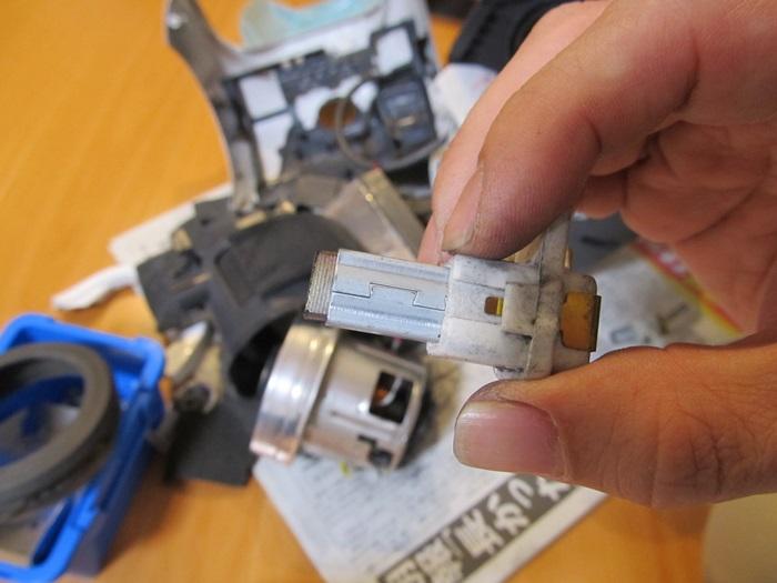 磨り減ったカーボンブラシ2の写真です。