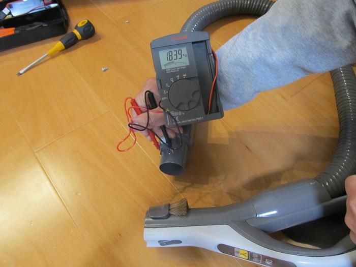 スイッチを押さない状態で抵抗測定している写真です。抵抗値は1800Ω