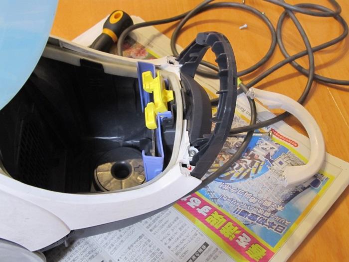 掃除機取っ手部分カバーを外した写真です。