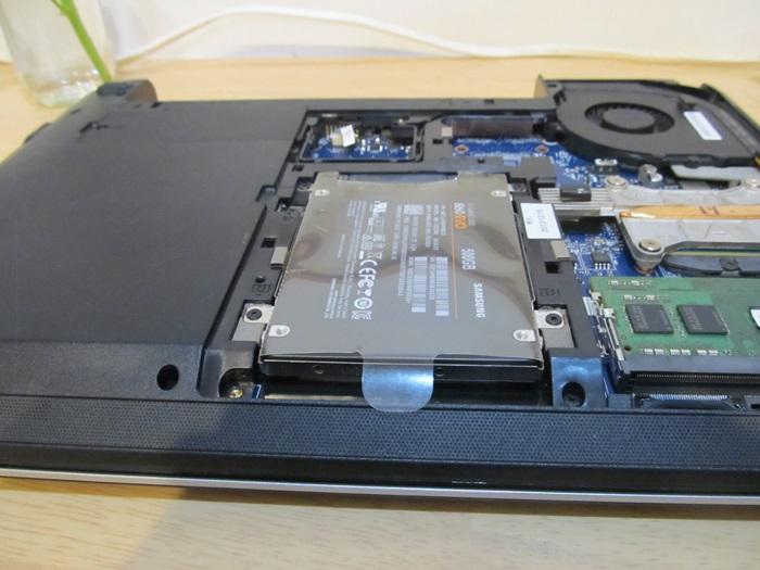 ノートPCにSSDを取り付けた写真。
