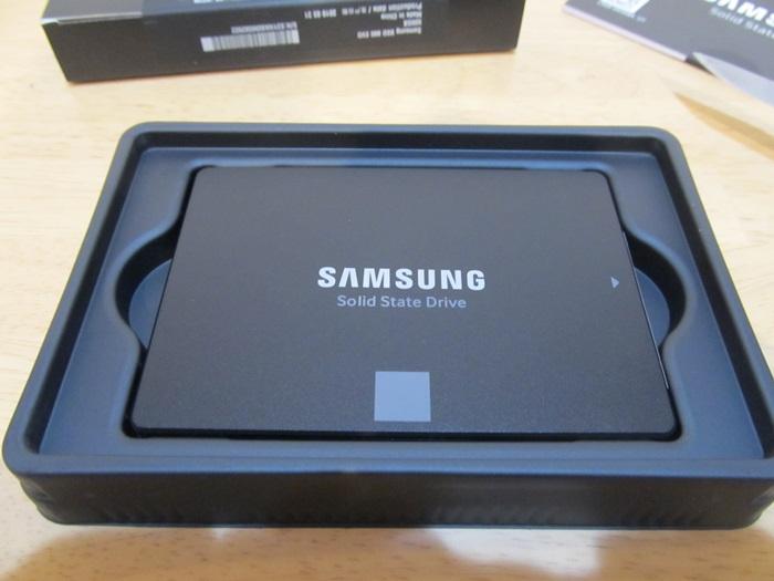 SAMSUNG 860 EVO 500GB箱を開けた写真。つや消しブラックがかっこいいSSD。