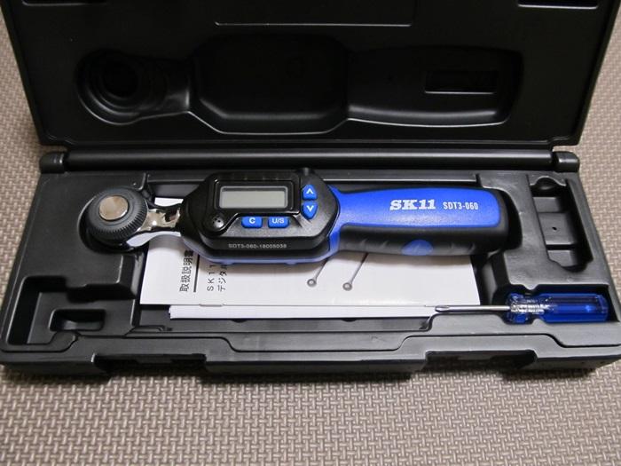 SK11デジタルトルクレンチハードケースを開けるとかっこいいトルクレンチ。
