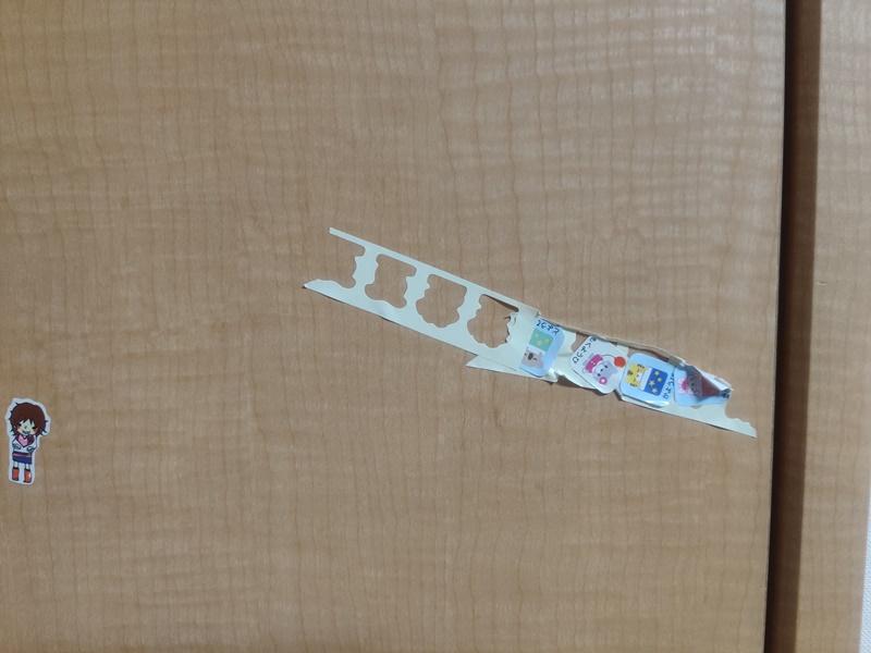建具にキャラものシールが張られた写真